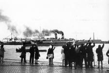 2005-5293 Vanuit Sint-Jobshaven vertrekken Canadese militairen per boot naar Canada.