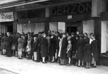2005-5299 In de rij voor het gebouw van Gerzon voor het uitdelen van textiel. Een hulp Actie van het Rode Kruis.