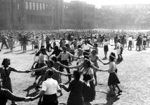 2005-5309 Bevrijdingsfeest op het Henegouwerplein. Met o.a. volksdansen t.g.v. één jaar bevrijding.
