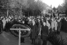2005-5310 Ter gelegenheid van de dodenherdenking leggen Burgemeester Oud en mr. K.P. van der Mandele een krans op de ...