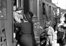 2005-5319-EN-5320 KinderenVan boven naar beneden afgebeeld:-5319: Op het Maasstation zijn kinderen teruggekeerd van ...
