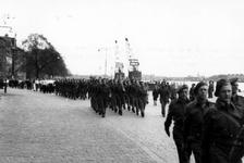 2005-5330-TM-5334 Militairen, Politie, BevolkingVan boven naar beneden afgebeeld;-5330: Over de Willemskade lopen ...