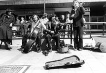 2005-5401-EN-5402 Straatmuzikanten op de LijnbaanVan boven naar beneden afgebeeld:-5401: Op de Lijnbaan spelen ...
