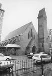 2005-5605 In de Schoonderloostraat met de rk Sint-Petruskerk, gebouwd in 1928 en afgebroken in 1975.