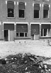 2005-5631-EN-5632 Vernielingen na de Oudejaarsviering:Van boven naar beneden afgebeeld:-5631: In de Banierstraat zijn ...