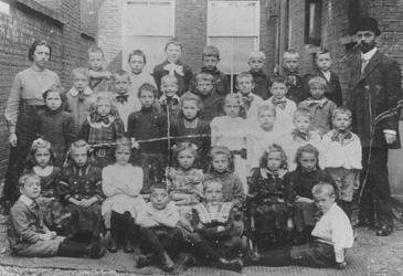 2005-5667 Schoolkinderen uit de derde klas van de lagere school van de Benthemdwarsstraat. Met het schoolhoofd ...