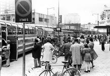 2005-5690-EN-5691 Paasdrukte op de Kruiskade en de LijnbaanVan boven naar beneden afgebeeld:-5690: Op de Kruiskade ...