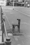 2005-5861 Een ijzeren stoel als kunstwerk in de Ds. Jan Scharpstraat bij de Steigersgracht.Op de achtergrond in het ...
