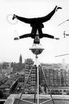 2005-5980 Een acrobaat van het circus Hagenbeck op het dak van het Rijnhotel. Met overzicht van de omgeving van de ...