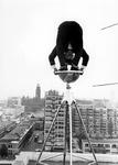 2005-6091 Een acrobaat van het circus Hagenbeck op het dak van het Rijnhotel. Met overzicht van de omgeving van de ...
