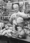 2005-6123 Portret van meneer Hipke, poppendokter, in zijn winkel aan de Jonker Fransstraat.