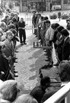 2005-6150-EN-6151 Demonstratie van touwslager:Van boven naar beneden afgebeeld:-6150: Op het Lijnbaanplein is een ...