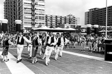 2005-6224-EN-6225 Volksdansen:Van boven naar beneden afgebeeld:-6224: Roemeens dansensemble op het ...