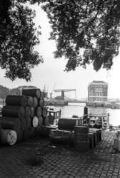 2005-6235 De Prins Hendrikkade met op de achtergrond de Binnenhavenbrug en het Poortgebouw.