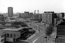 2005-6269 Overzicht vanaf de Boezemweg op de omgeving van Oostmolenwerf, links het Oostplein, rechts op de voorgrond ...