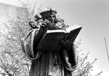 2005-6368 Het standbeeld Erasmus met krans na huldiging.