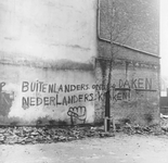 2005-6369 Graffiti aan muur van pand in Crooswijk.