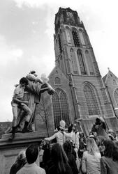 2005-6404-TM-6409 Het standbeeld Erasmus:Van boven naar beneden afgebeeld:-6404: Manifestatie van studenten bij het ...