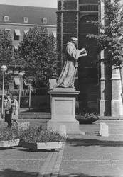2005-6419-TM-6422 Het standbeeld Erasmus:Van boven naar beneden afgebeeld:-6419: De Sint-Laurensplaats met het ...