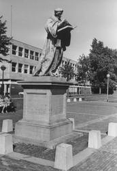 2005-6423-TM-6426 Het standbeeld Erasmus:Van boven naar beneden afgebeeld:-6423: De Sint-Laurensplaats met het ...
