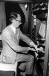 2005-6512 Organist Aad van der Hoeven bespeelt het orgel van de NH Noorderkerk in de Jacob Catsstraat.