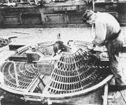 2005-6578 In de werkplaats van de Drinkwaterleiding wordt aan het rooster van het Wallace fontein De Vier Gratiën gewerkt.