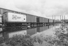 2005-6631-TM-6636 Waalhaven en Lekhaven:Van boven naar beneden afgebeeld:-6631: Trein met containers in de omgeving van ...