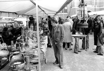 2005-6727-TM-6729 Antiekmarkt:Van boven naar beneden afgebeeld:-6727: Het Grotekerkplein met een antiekmarkt.-6728: ...