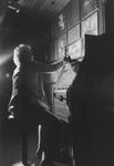 2005-6763 Een mevrouw speelt met een gokautomaat in een horeca-onderneming aan het Stadhuisplein.