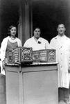 2005-6764 De familie Zwaaf verkoopt op koninginnedag (31 augustus) ijs voor haar winkel in levensmiddelen aan de ...