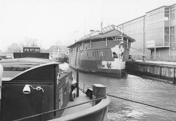 2005-6886 Het ramtorenschip '' de Buffel v??r de restauratie, in haven van Slikkerveer.