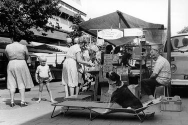 2005-7016 Boekenmarkt in de Wijde Kerkstraat.