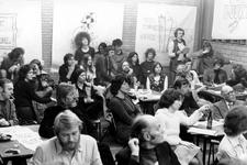 2005-7248 In het gebouw Onesimus vergaderen bewoners van de Adelaarstraat