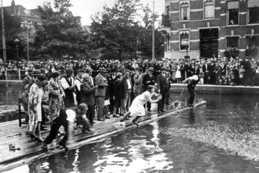 2005-7420 Op Koninginnedag is er een demonstratie reddend zwemmen door de Rotterdamse reddingsbrigades in de ...