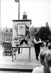 2005-7455-TM-7460 Straatmuzikanten op het Stadhuisplein:-7455: Op het Stadhuisplein geeft de straatartiesten/ ...