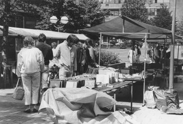 2005-7586 Boekenmarkt in de Wijde Kerksteeg.