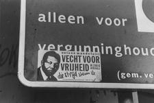 2005-7615-TM-7619 Graffiti:Van boven naar beneden afgebeeld:-7615: Affiche op parkeerbord aan de Binnenrotte.-7616: ...