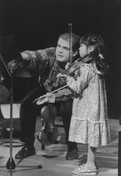 2005-7718 Op het Rotterdams conservatorium geeft de violist Jaap van Zweden vioolles aan het zesjarig Japans meisje Ai ...