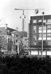 2005-7728 Op de voorgrond de Blaak met links het Historisch Museum en op de achtergrond de bouw van het ...