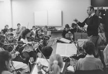 2005-7974 Het Rijnmond Jeugd Kamerorkest o.l.v. Joseph Schebal repeteert voor een kerstuitvoering in de Doelen.
