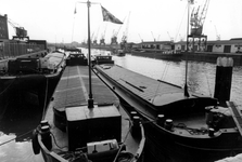 2005-8109 De Binnenhaven uit noordwestelijke richting gezien. Vanaf de Binnenhavenbrug nabij het poortgebouw.