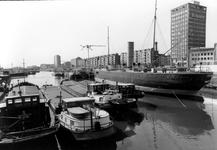 2005-8114 De Leuvehaven met het museumschip Buffel.