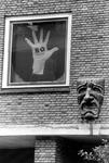 2005-8137 De Rotterdamse Schouwburg met aan de gevel een affiche van het RO theater.