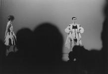 2005-8626 Een modeshow in de gemeentebibliotheek, door leerlingen van de academie.