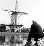 2005-8667 Aan de Kromme Zandweg staat korenmolen de Zandweg tussen Zuidhoek en Boergoensevliet.
