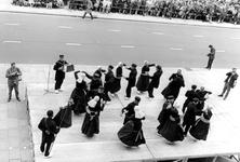 2005-8669-TM-8674 Manifestaties:Van boven naar beneden:-8669: Op de Coolsingel is een folkloristische dansgroep uit ...