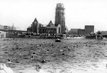 2005-8684 Tijdens het bevrijdingsfeest wordt er een zwemwedstrijd in de Delftsevaart gehouden.