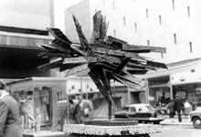 2005-8709-EN-8710 Sculpturen:Van boven naar beneden:-8709: Op de Lijnbaan is het sculptuur flying crater van Gust ...