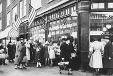 2005-8716 Op de Schieweg is door de Marshall-hulp Amerikaans brood zonder bon verkrijgbaar.