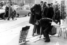 2005-8763 Op het Beursplein is er een standplaats voor krantenverkoop.